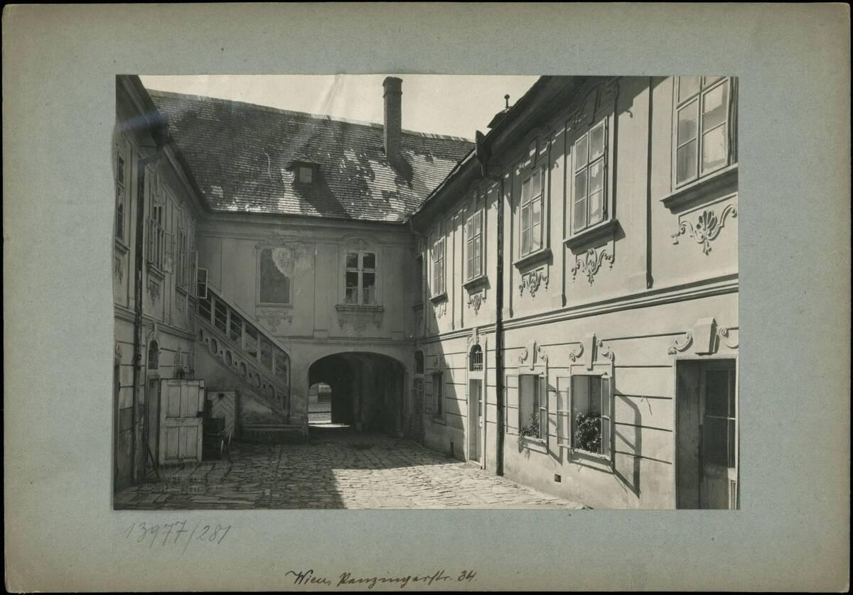 Fotografie des Innenhofs des Töpfelhauses in der Penzinger Straße 34 (vom Bearbeiter vergebener Titel) von Reiffenstein, Bruno