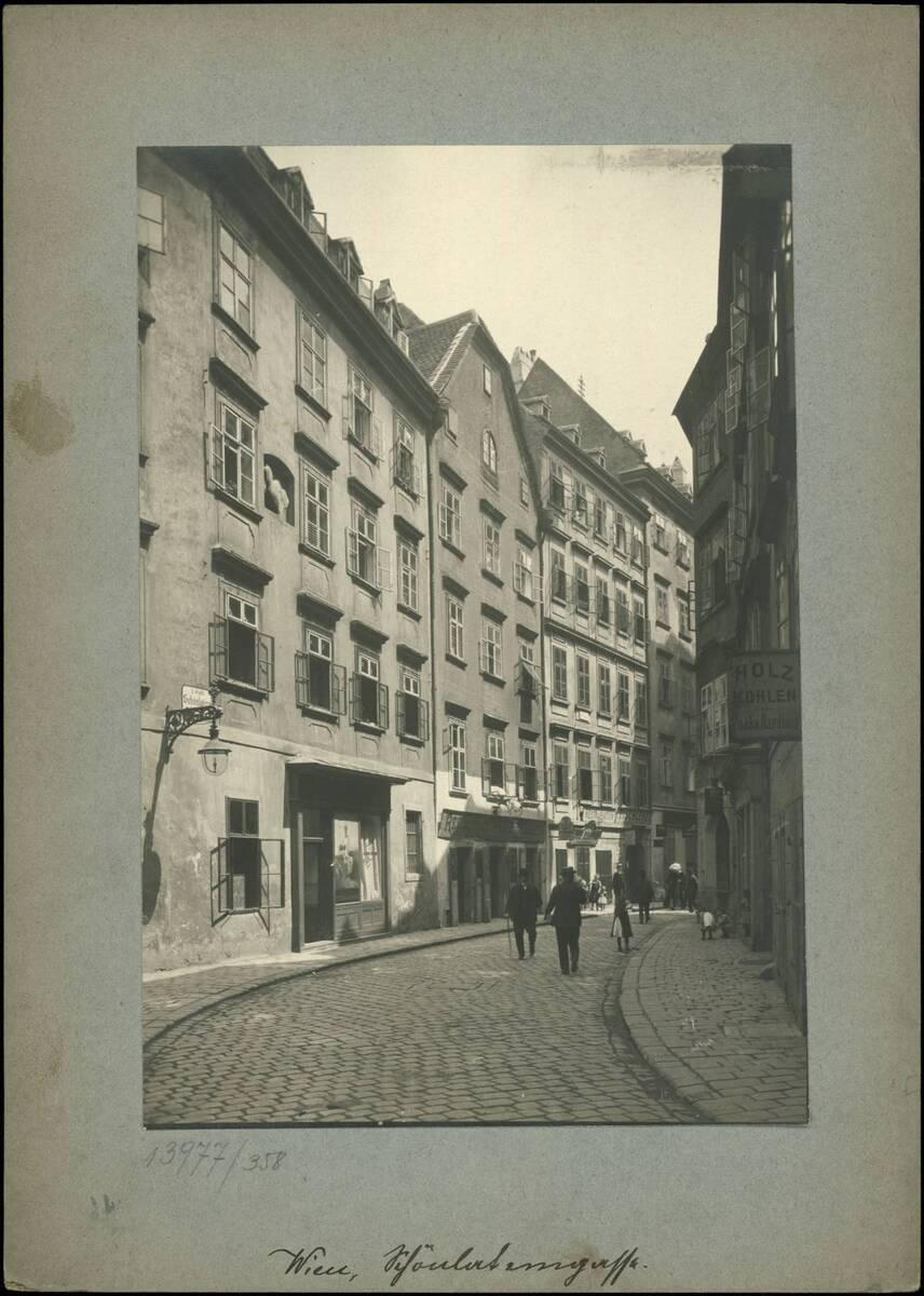 Fotografie der Schönlaterngasse (vom Bearbeiter vergebener Titel) von Reiffenstein, Bruno