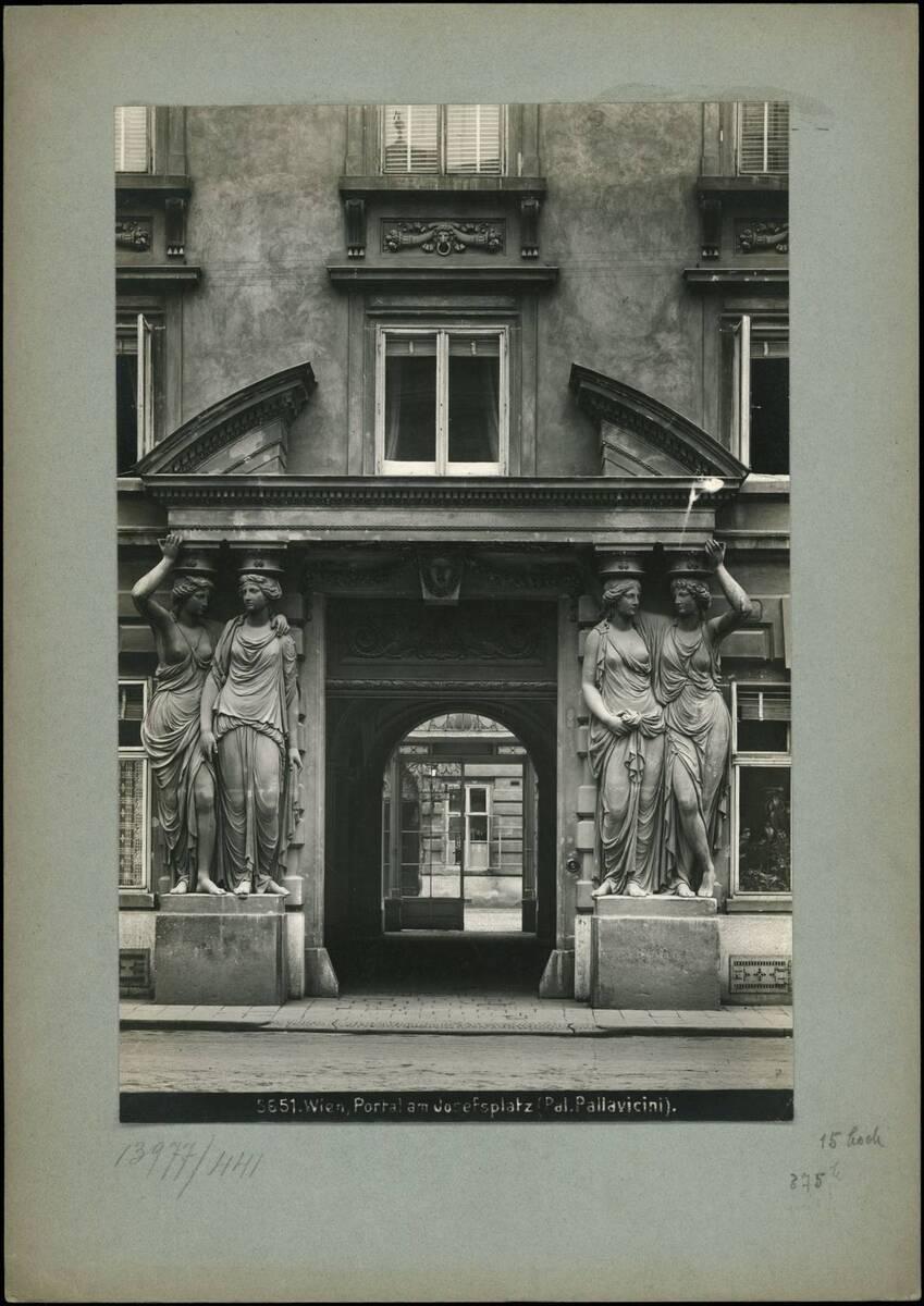 Fotografie des Portals zum Palais Pallavicini am Josefsplatz (vom Bearbeiter vergebener Titel) von Reiffenstein, Bruno