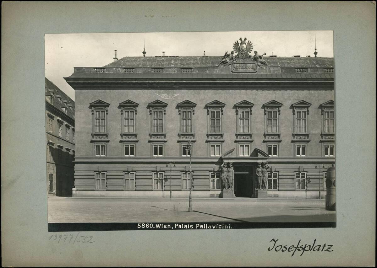 Fotografie des Palais Pallavicini (Josefsplatz) (vom Bearbeiter vergebener Titel) von Reiffenstein, Bruno