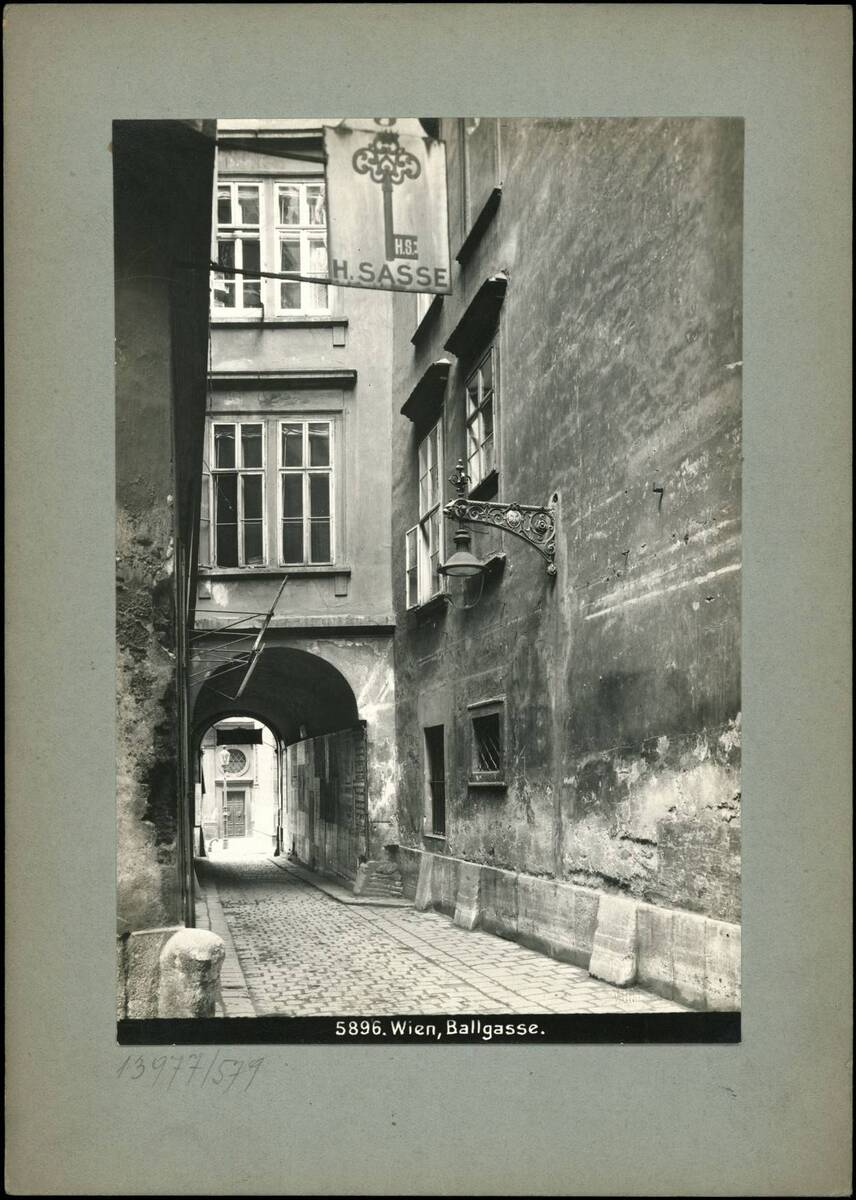 Fotografie der Ballgasse (vom Bearbeiter vergebener Titel) von Reiffenstein, Bruno