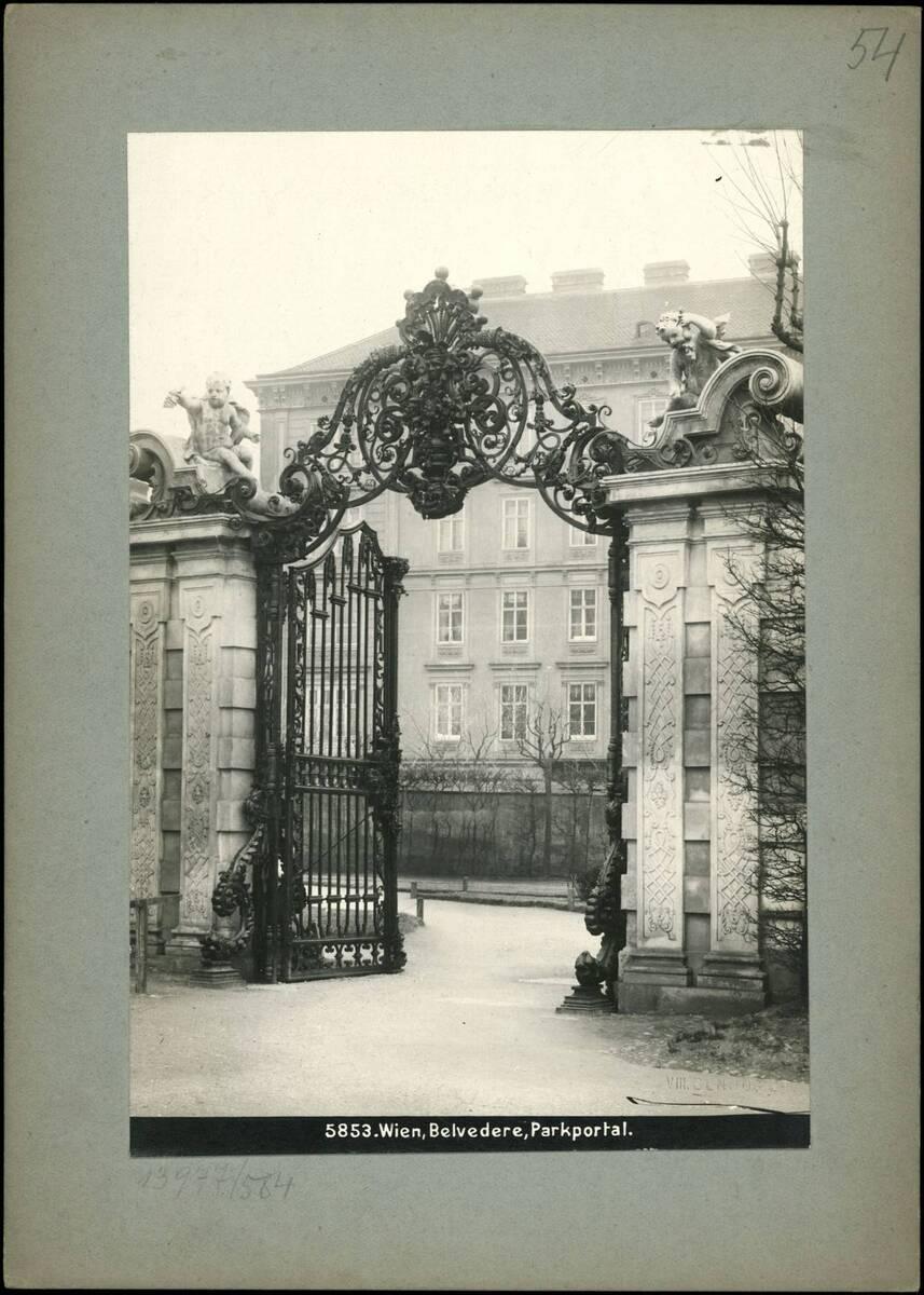 Fotografie des Parkportals des Belvedere (vom Bearbeiter vergebener Titel) von Reiffenstein, Bruno