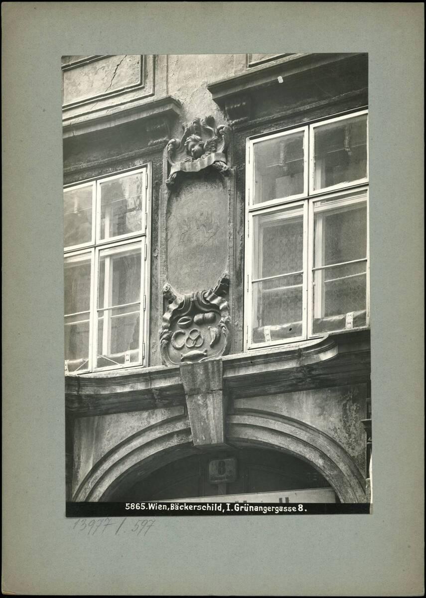 Fotografie des Bäckerschilds an der Fassade des Gebäudes Grünangergasse 8 (vom Bearbeiter vergebener Titel) von Reiffenstein, Bruno