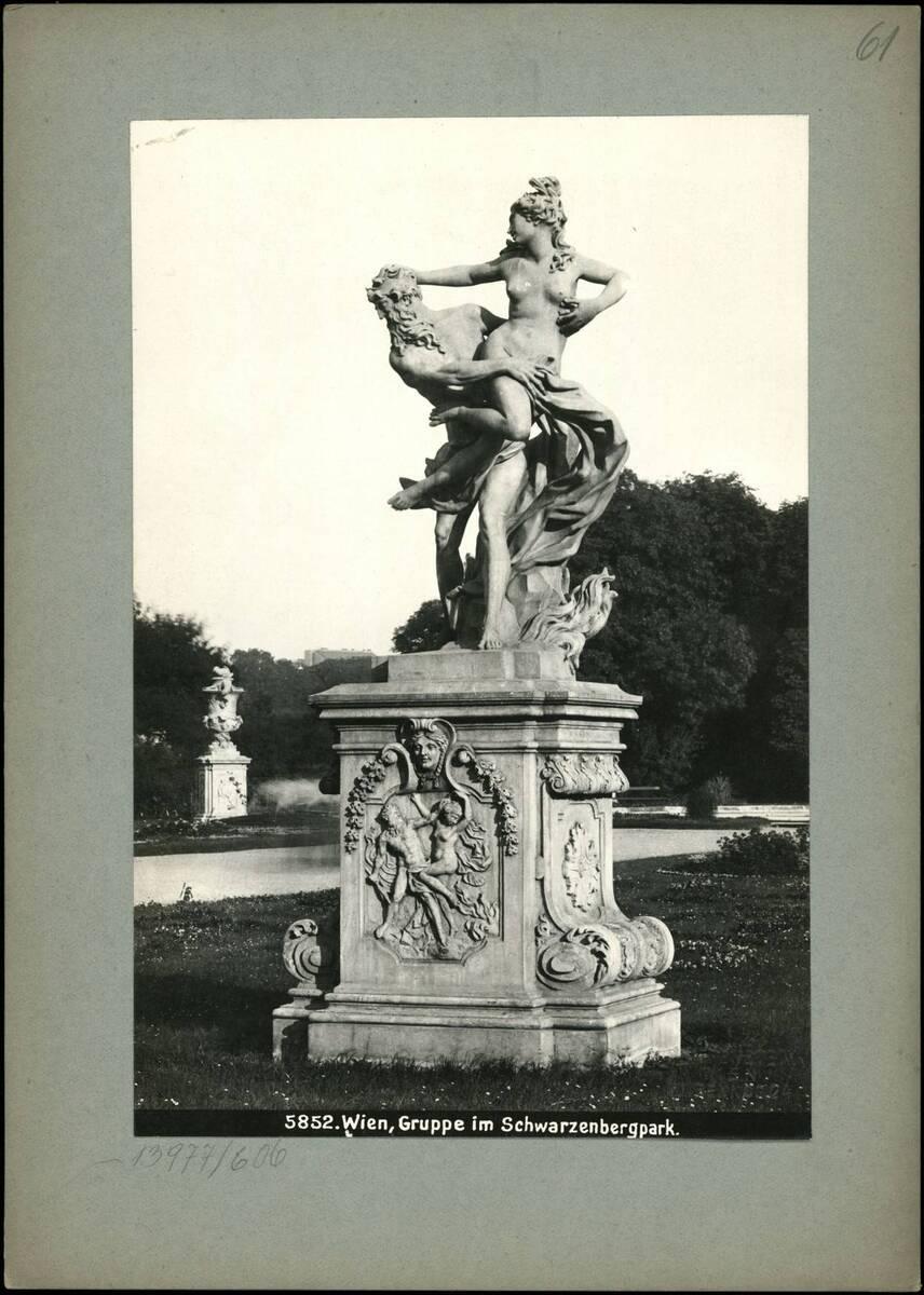 Fotografie einer Figurengruppe im Schwarzenbergpark (vom Bearbeiter vergebener Titel) von Reiffenstein, Bruno