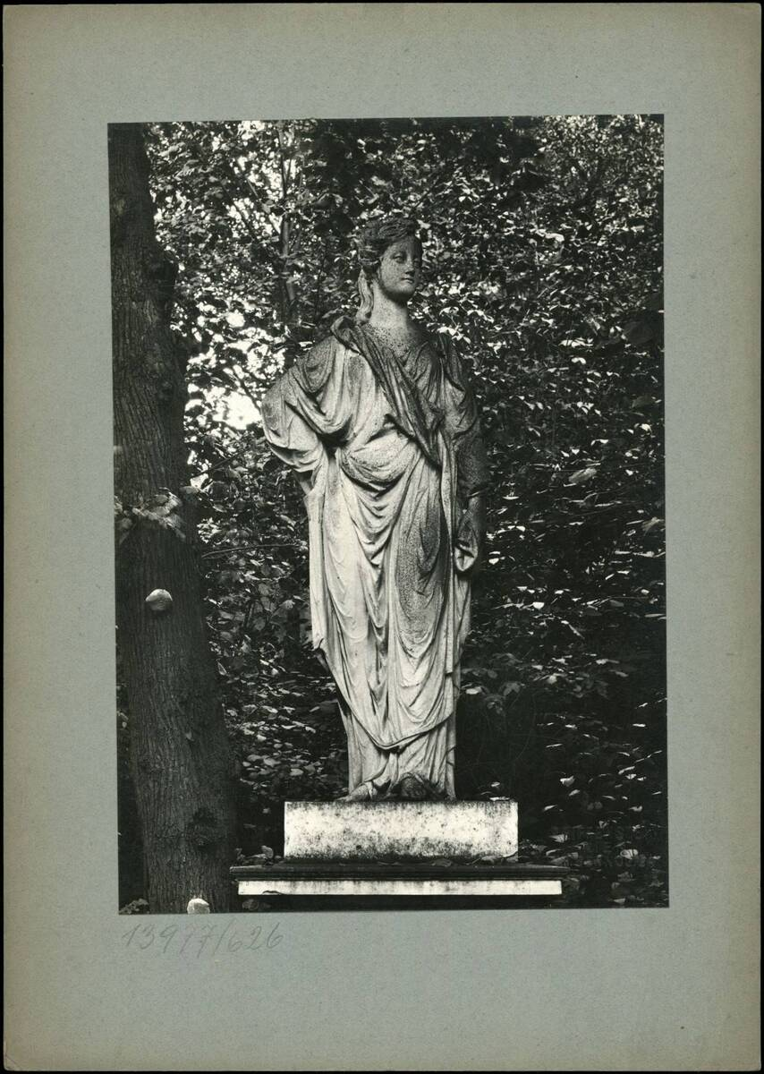 Fotografie einer Statue (vom Bearbeiter vergebener Titel) von Reiffenstein, Bruno