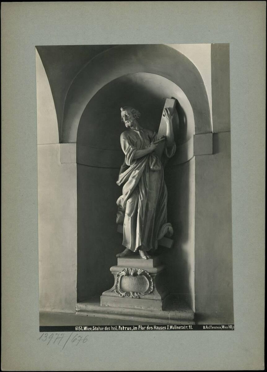 Fotografie der Statue des hl. Petrus im Flur des Gebäudes in der Wallnerstraße 11 (vom Bearbeiter vergebener Titel) von Reiffenstein, Bruno