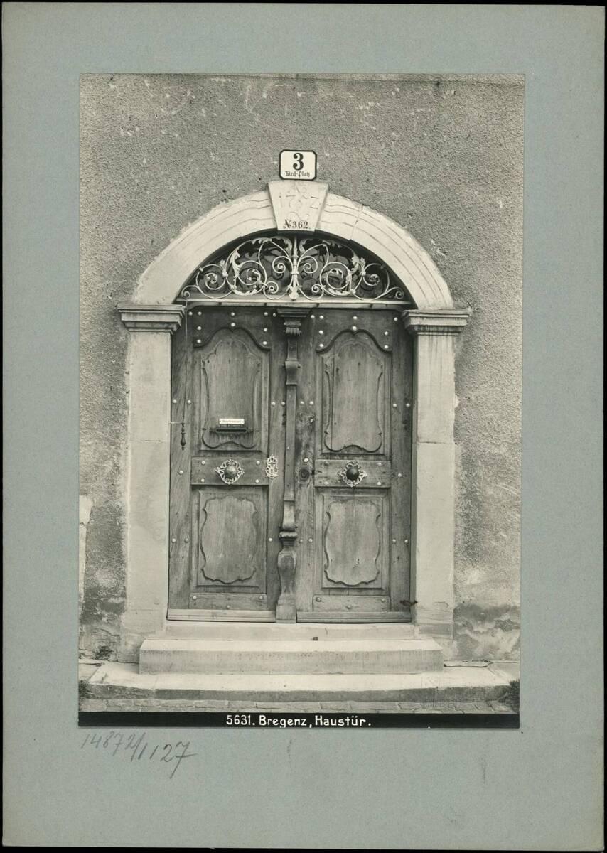 Fotografie einer Haustüre in Bregenz (vom Bearbeiter vergebener Titel) von Reiffenstein, Bruno