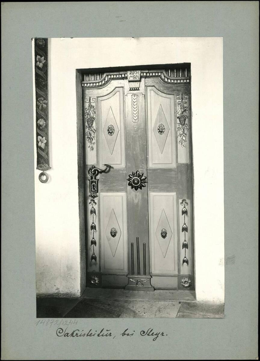 Fotografie einer Sakristeitür in einer Kirche bei Steyr (vom Bearbeiter vergebener Titel) von Reiffenstein, Bruno