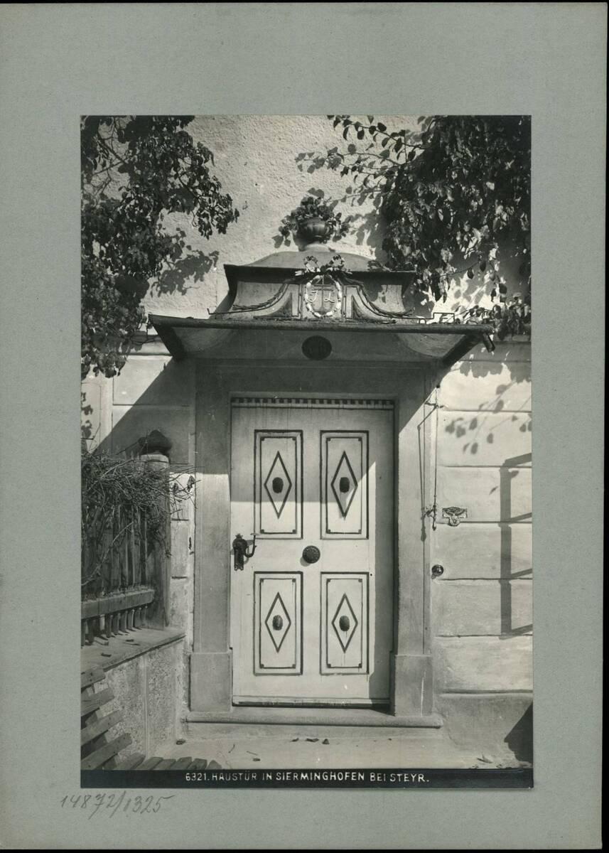 Fotografie einer Haustür in Sierninghofen bei Steyr (vom Bearbeiter vergebener Titel) von Reiffenstein, Bruno