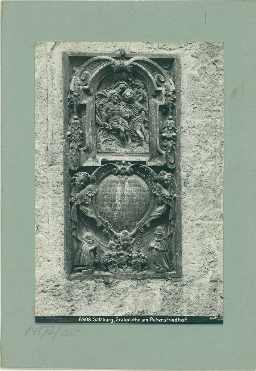 Fotografie einer Grabplatte am Petersfriedhof in Salzburg (vom Bearbeiter vergebener Titel) von Reiffenstein, Bruno