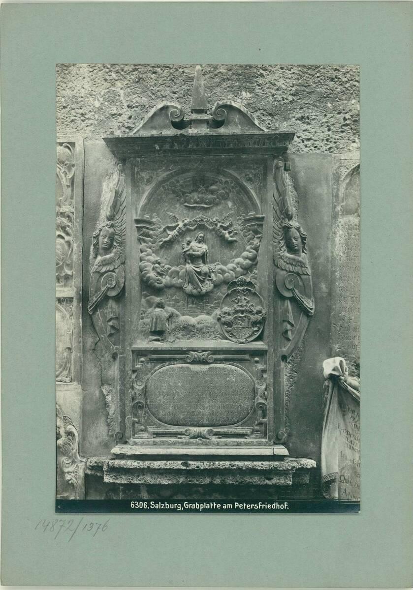 Fotografie eines Grabsteins am Petersfriedhof in Salzburg (vom Bearbeiter vergebener Titel) von Reiffenstein, Bruno