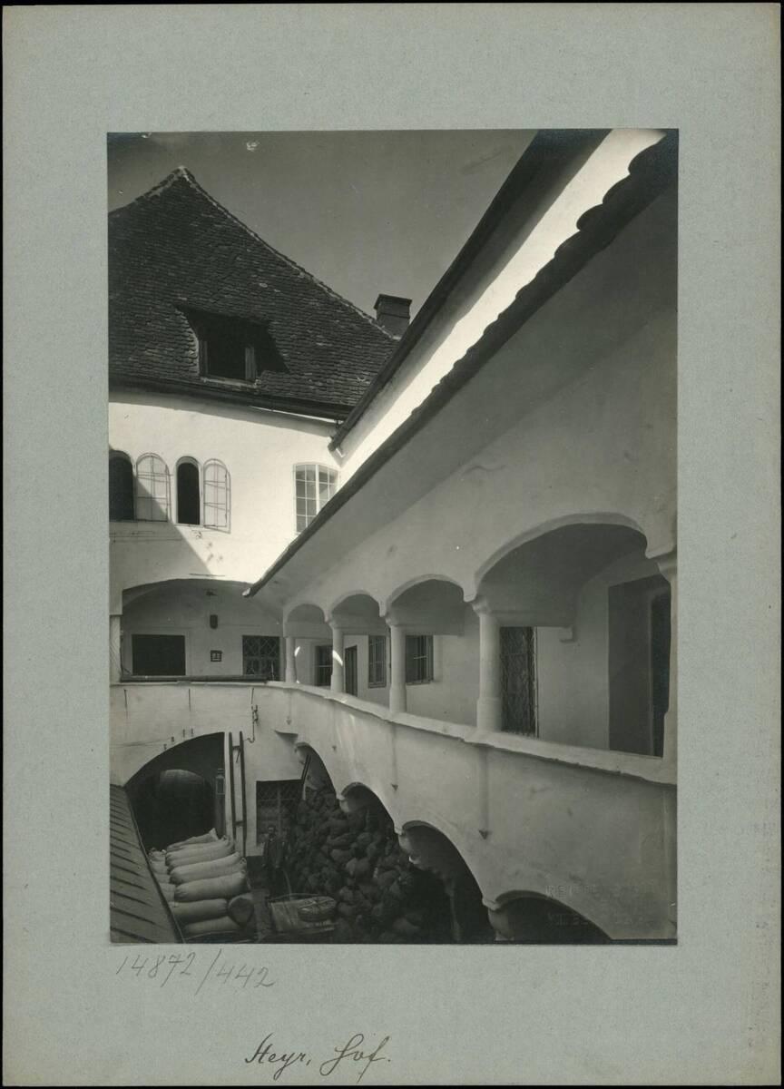 Fotografie eines Innenhofs am Stadtplatz in Steyr (vom Bearbeiter vergebener Titel) von Reiffenstein, Bruno