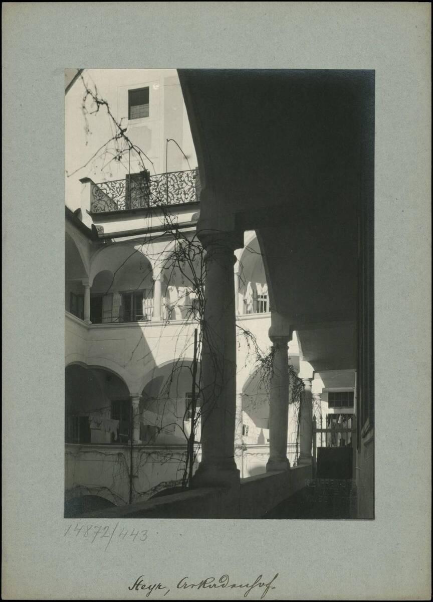 Fotografie eines Innenhofs mit Arkaden in Steyr (vom Bearbeiter vergebener Titel) von Reiffenstein, Bruno