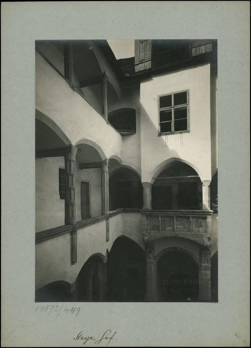 Fotografie eines Innenhofs in der Stadt Steyr (vom Bearbeiter vergebener Titel) von Reiffenstein, Bruno