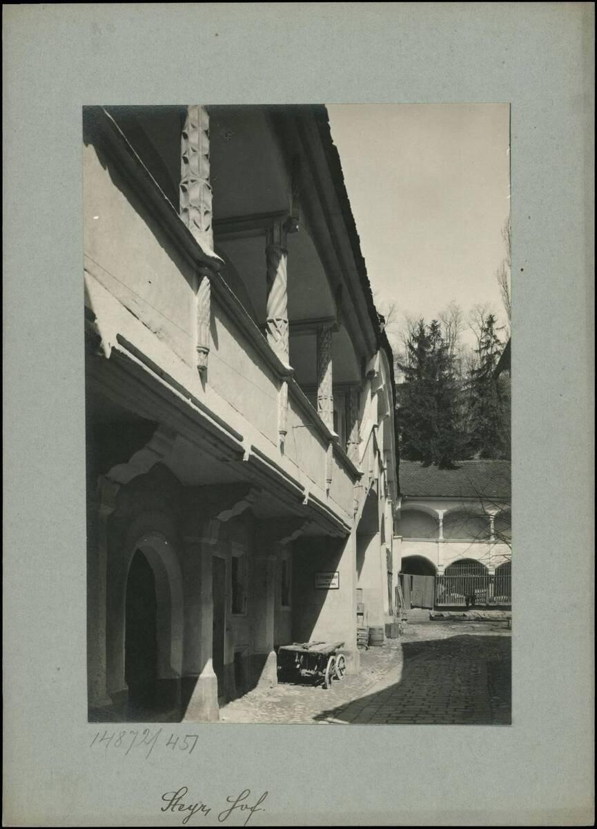 Fotografie eines Hofes in der Stadt Steyr (vom Bearbeiter vergebener Titel) von Reiffenstein, Bruno
