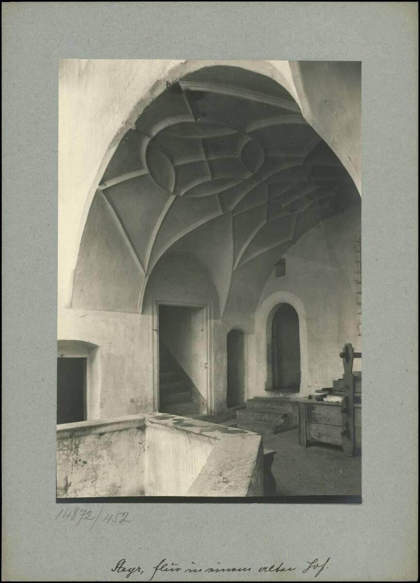 Fotografie des Flurs in einem alten Hof in der Stadt Steyr (vom Bearbeiter vergebener Titel) von Reiffenstein, Bruno