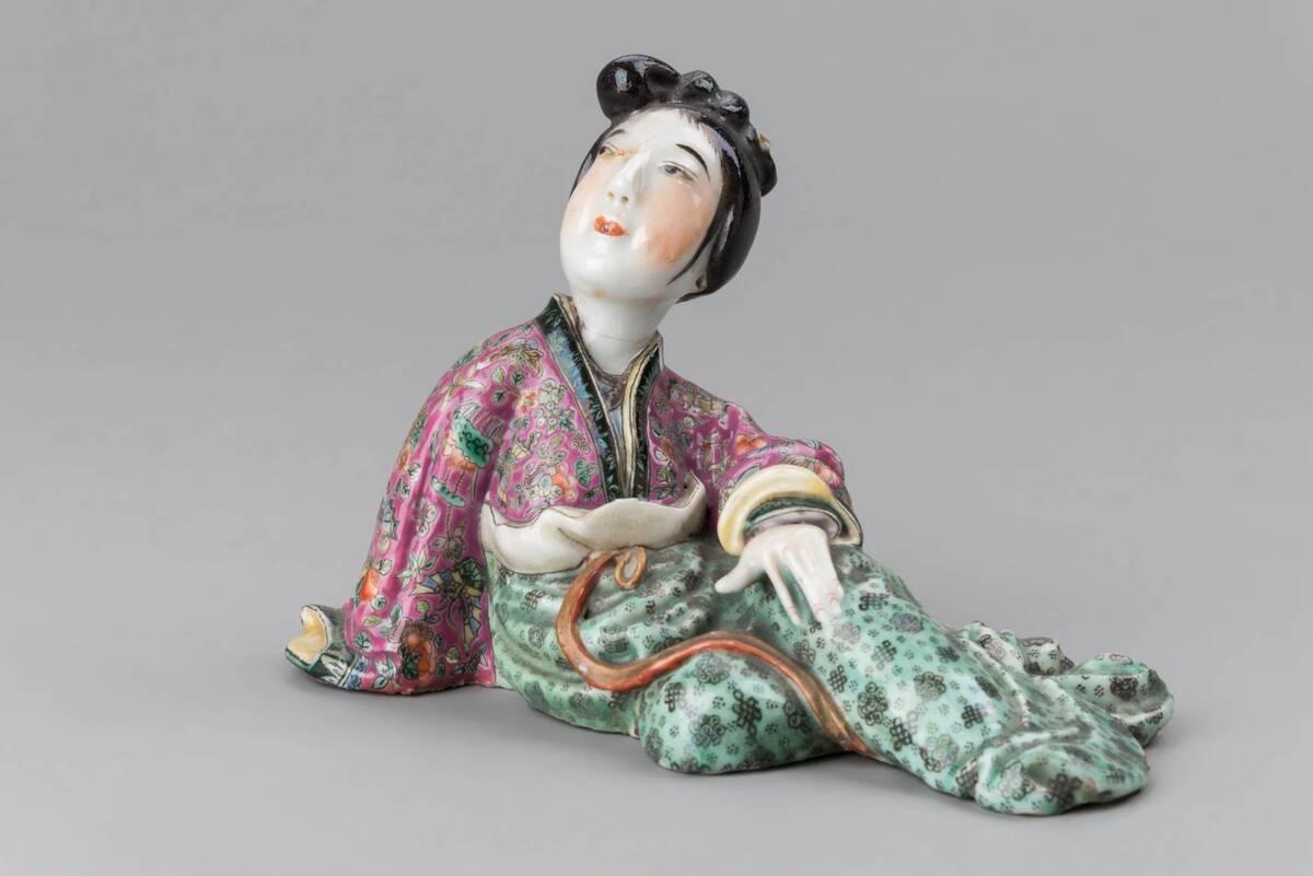Weibliche, sitzende Figur von Anonym