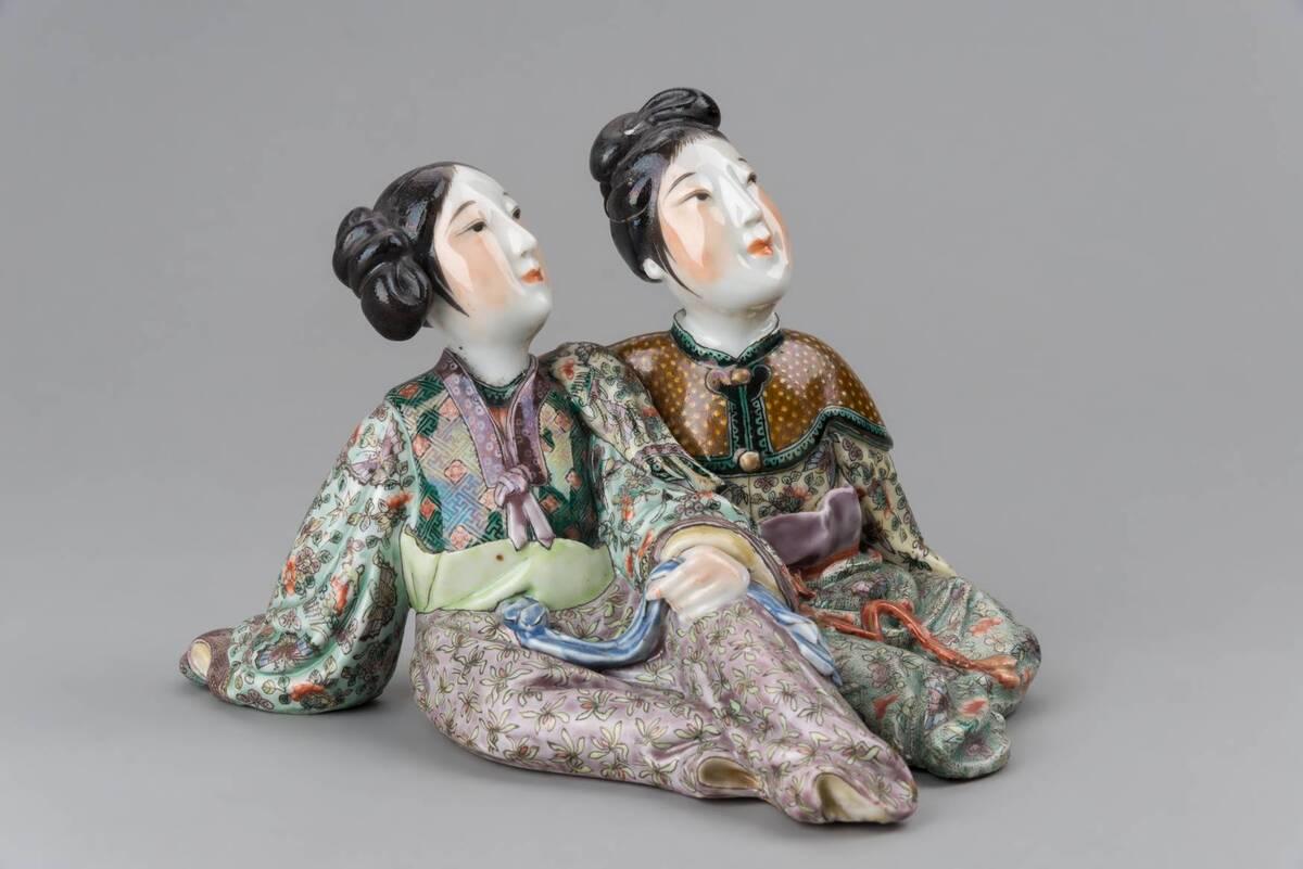 Weibliches, sitzendes Figurenpaar von Anonym