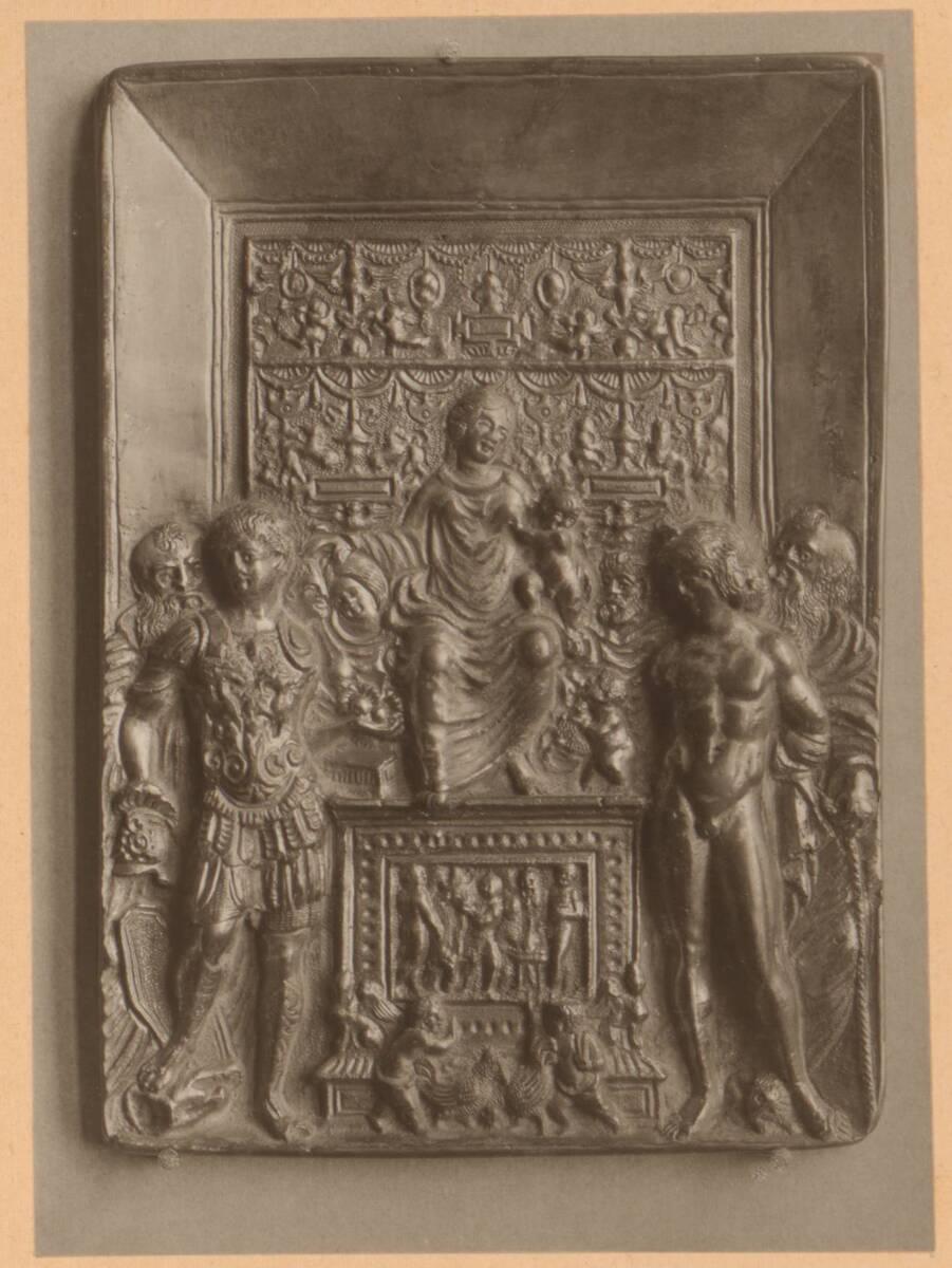 Fotografie einer Plakette mit einem Relief mit Madonna mit Kind und weiteren Figuren, aus der Sammlung von Camillo Castiglioni (vom Bearbeiter vergebener Titel) von Anonym