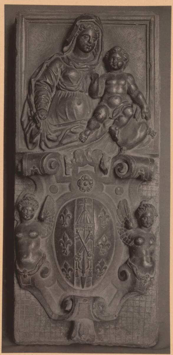 Fotografie eines Reliefs mit einer Madonna mit Kind und einem Wappen, aus Venedig um 1600, aus der Sammlung von Camillo Castiglioni (vom Bearbeiter vergebener Titel) von Anonym