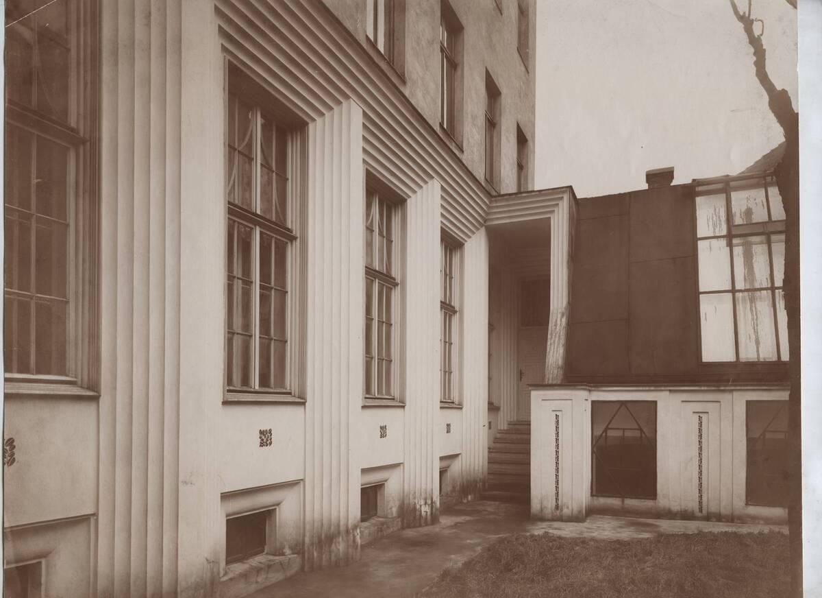 Fotografie der Hoffassade der Wohnung von Dagobert Peche in der Neubaugasse 29 (vom Bearbeiter vergebener Titel) von Anonym