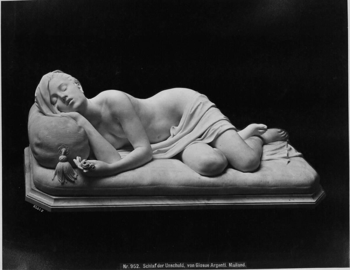 Skulptur einer schlafenden Schönheit (vom Bearbeiter vergebener Titel) von Wiener Photographen-Association