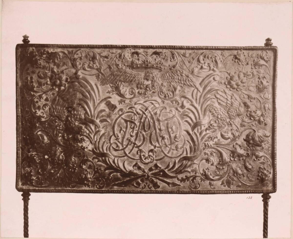 Lichtdruck eines Kaminschirms aus getriebenem Kupfer (vom Bearbeiter vergebener Titel) von Anonym