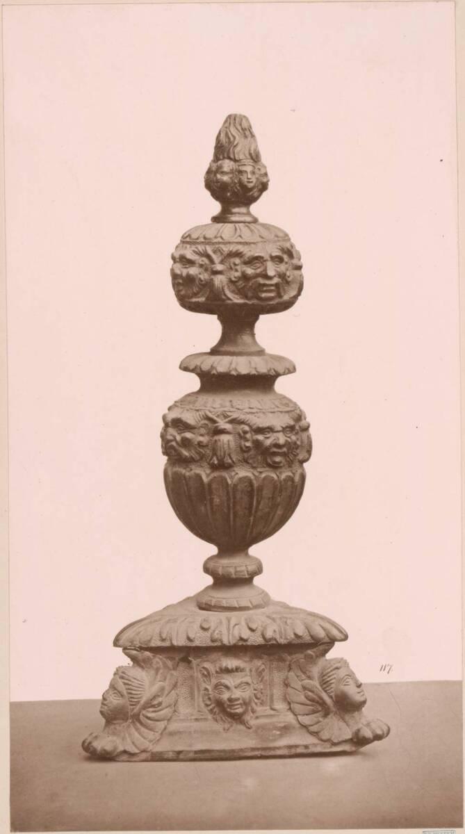 Lichtdruck eines bronzenen Kaminvorsetzers (vom Bearbeiter vergebener Titel) von Anonym