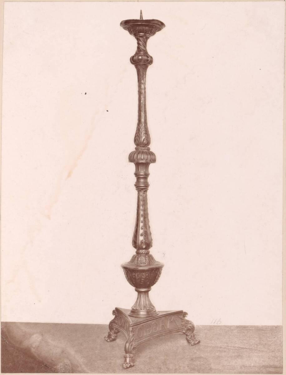 Lichtdruck eines bronzenen Kerzenständers (vom Bearbeiter vergebener Titel) von Anonym