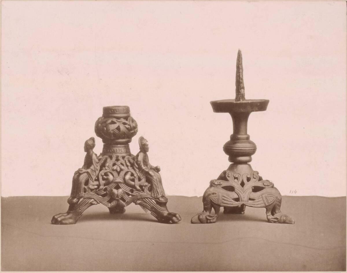 Lichtdruck von zwei bronzenen Kerzenleuchtern (vom Bearbeiter vergebener Titel) von Anonym