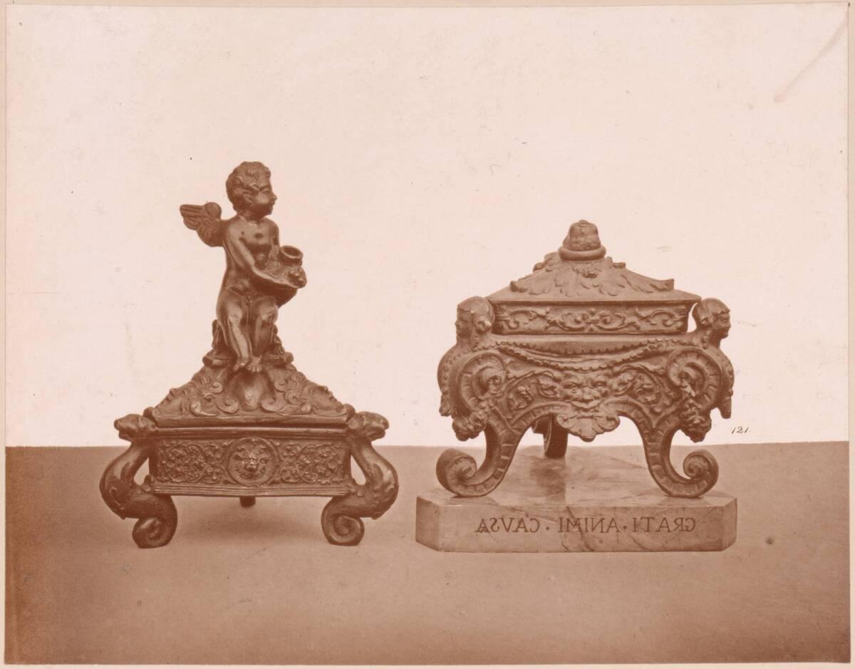 Lichtdruck von zwei bronzenen, dreieckigen Tintenfässern (vom Bearbeiter vergebener Titel) von Anonym