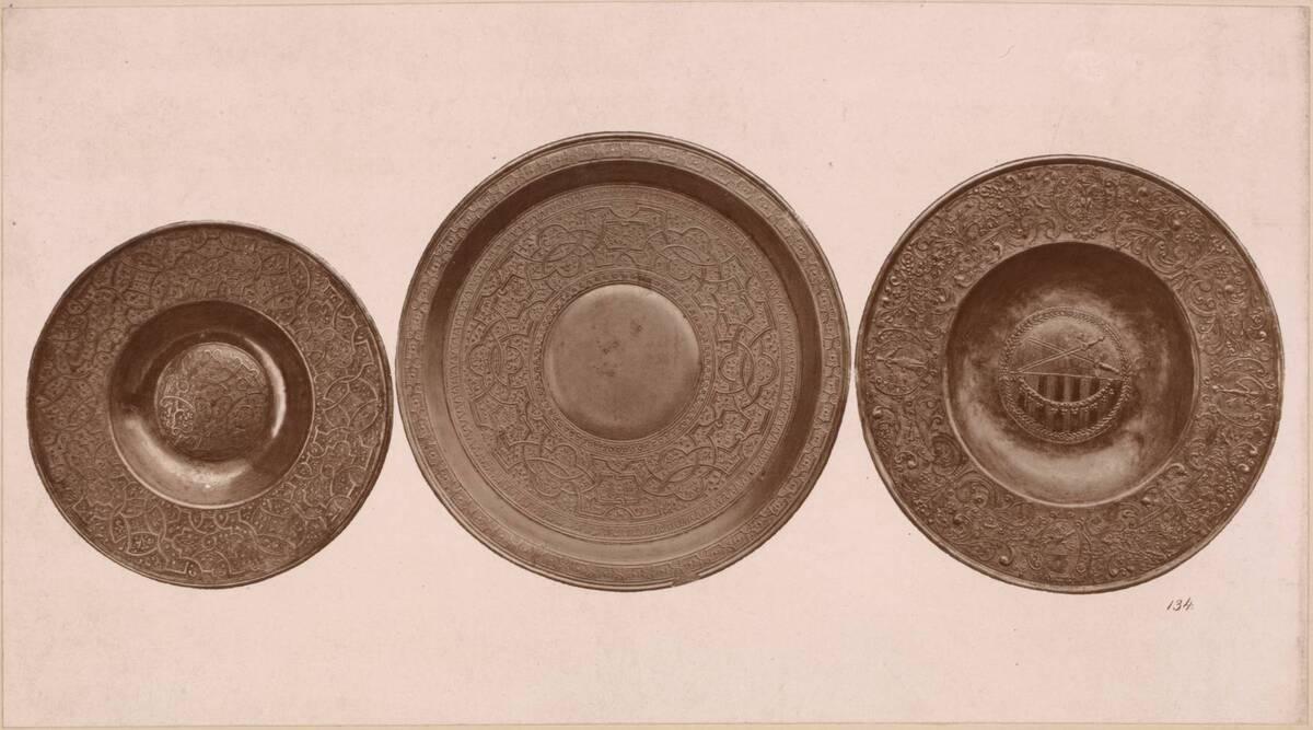 Lichtdruck von drei Tellern aus Zinn (vom Bearbeiter vergebener Titel) von Anonym