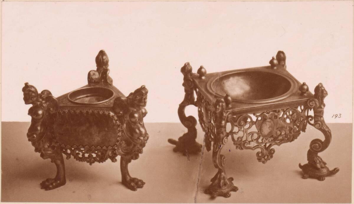 Lichtdruck zweier silberner vergoldeter Salznäpfe mit Eckfiguren aus dem 16. und 17. Jh. (vom Bearbeiter vergebener Titel) von Anonym