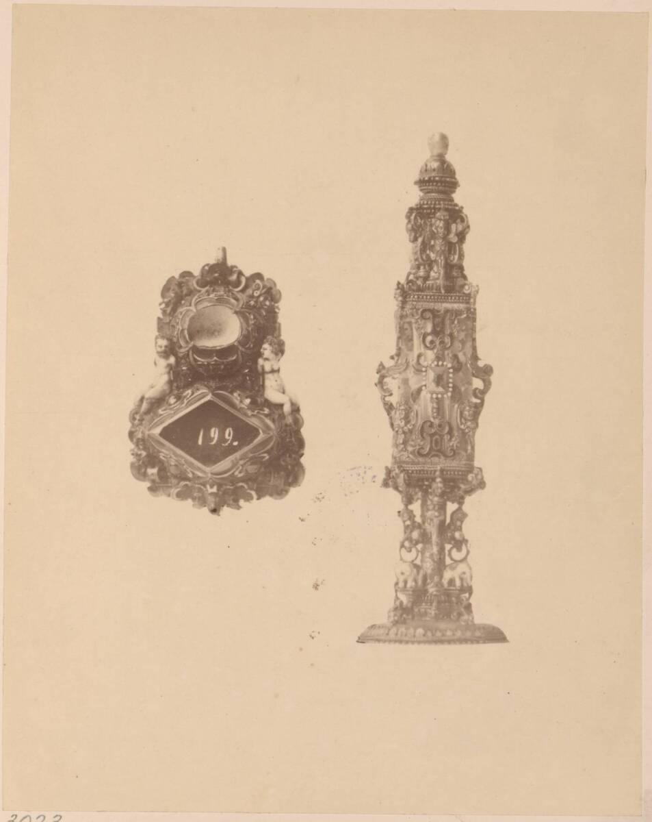 Fotografie eines Brustschmucks und eines Riechfläschchens aus dem 16. Jahrhundert (vom Bearbeiter vergebener Titel) von Anonym