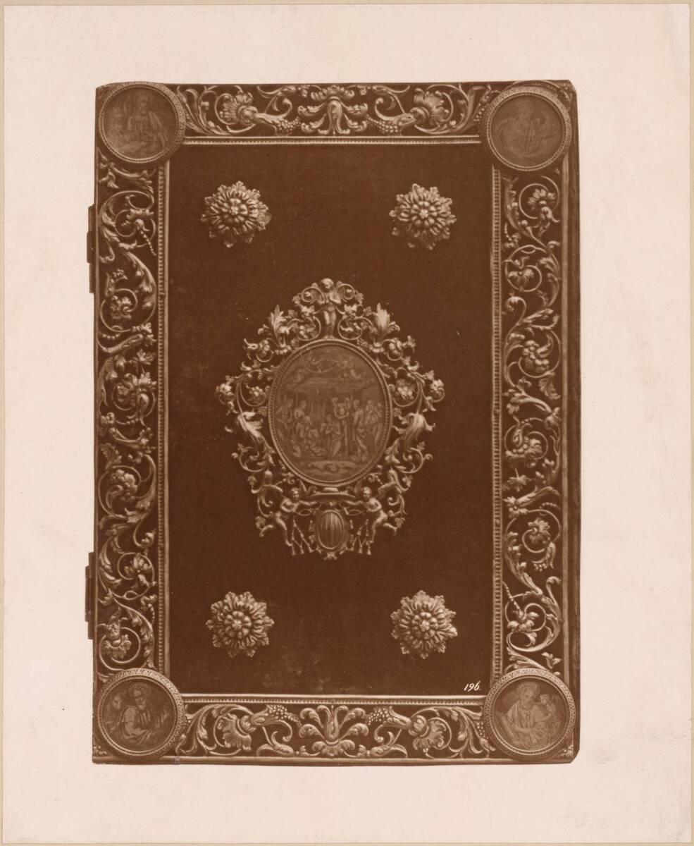 Lichtdruck eines Bucheinbandes mit vergoldetem Silber und rotem Samt, 16. Jh. (vom Bearbeiter vergebener Titel) von Anonym