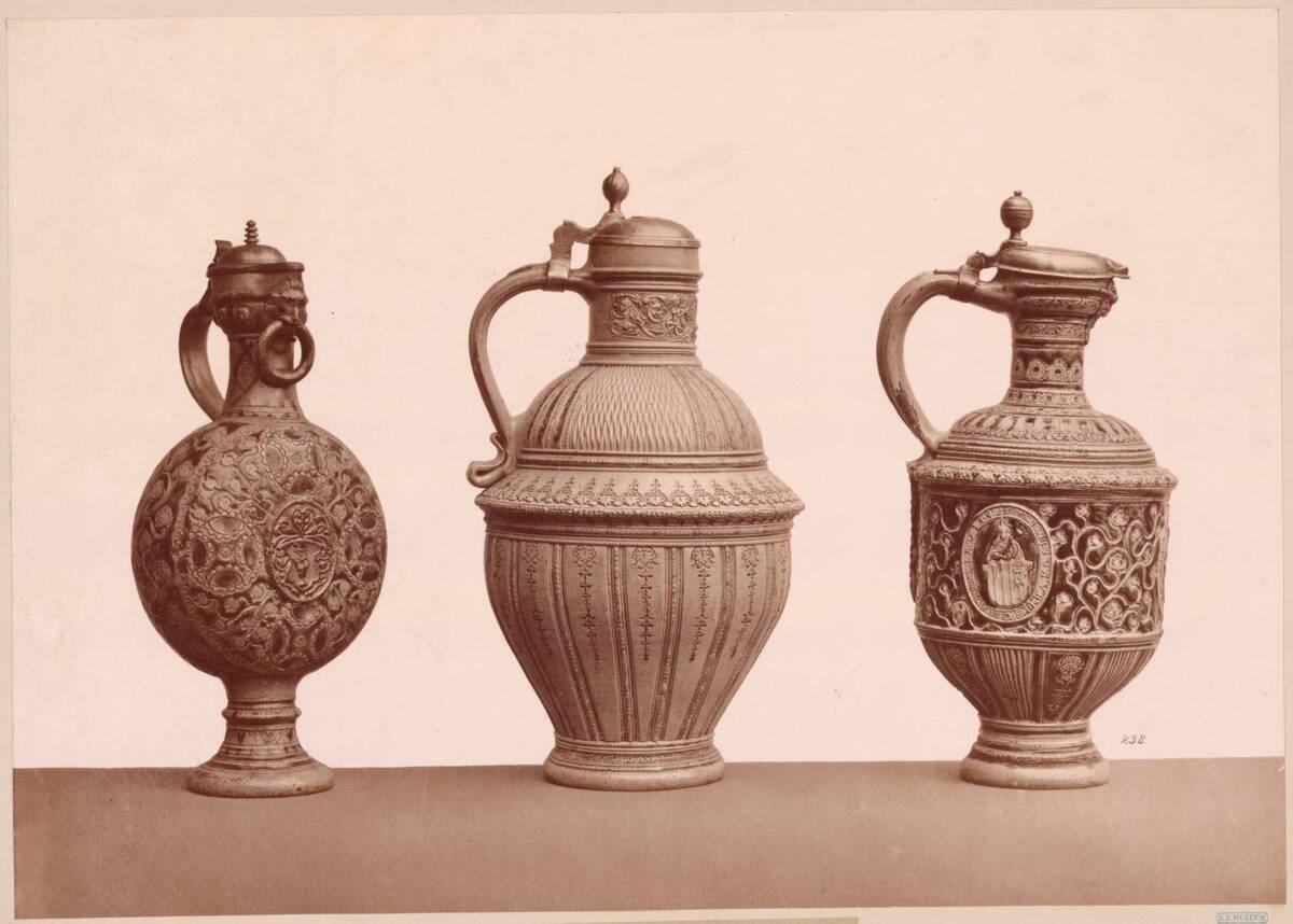 Lichtdruck von drei Steingutkrügen von ca. 1600 (vom Bearbeiter vergebener Titel) von Anonym
