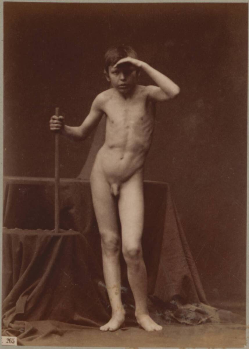 Aktfotografie eines Jungen mit einem kurzem Stab in der Hand (vom Bearbeiter vergebener Titel) von Giraudon, Adolphe