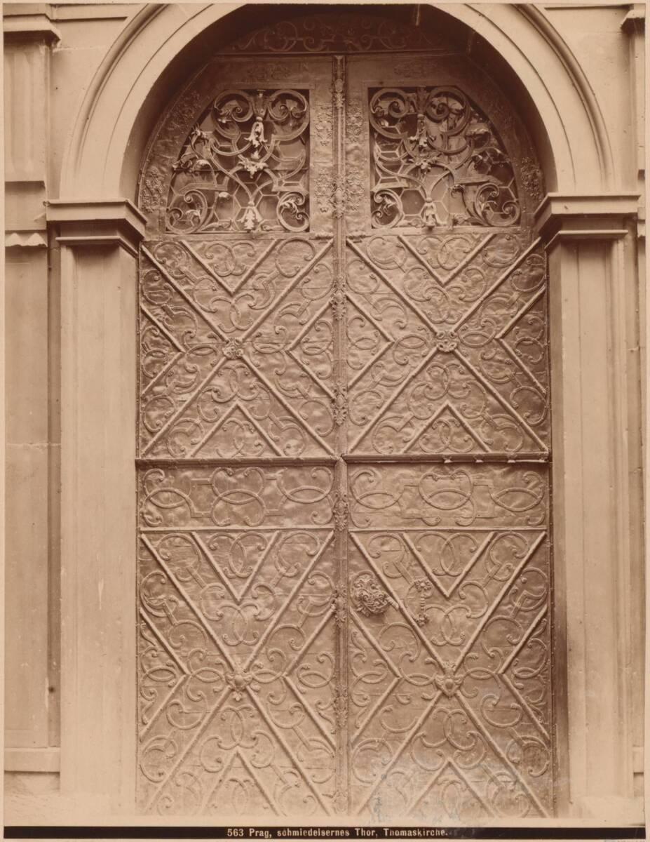 Fotografie des Eisen-Tors der Thomaskirche in Prag (vom Bearbeiter vergebener Titel)