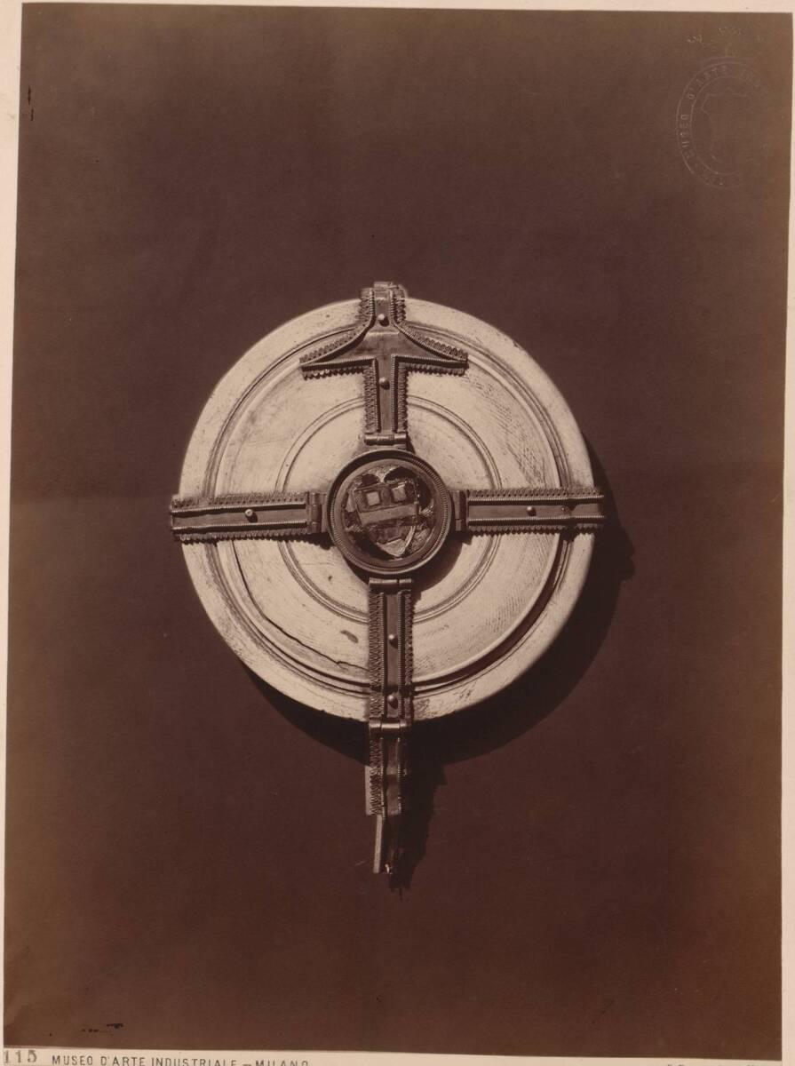 Fotografie einer runden Schachtel mit Bändern aus ziseliertem Silber (Draufsicht) (vom Bearbeiter vergebener Titel) von Rossi, Giulio