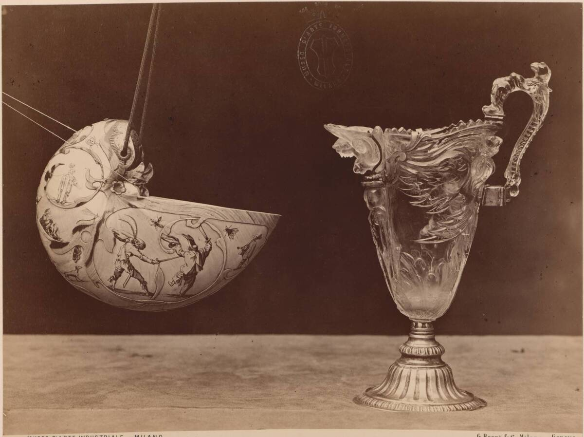 Fotografie eines Kännchens aus Bergkristall und einer verzierten Muschelschale (vom Bearbeiter vergebener Titel) von Rossi, Giulio