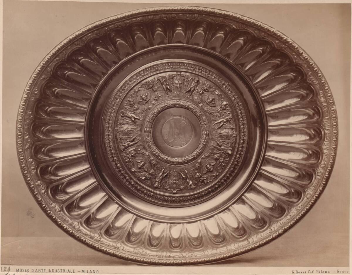 Fotografie einer Untertasse aus vergoldetem Silber von Wenzel Jammnitzer von Rossi, Giulio