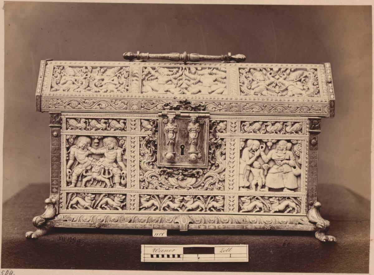 Fotografie eines indischen Kästchens mit Elfenbeinrelief aus der Sammlung Ambras, Innsbruck (Längsseite) (vom Bearbeiter vergebener Titel) von Anonym