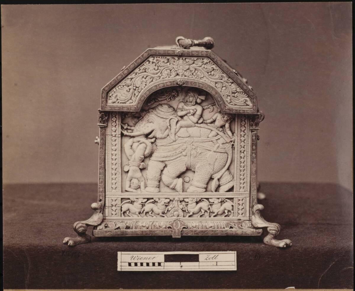 Fotografie eines indischen Kästchens mit Elfenbeinrelief aus der Sammlung Ambras, Innsbruck (Schmalseite) (vom Bearbeiter vergebener Titel) von Anonym