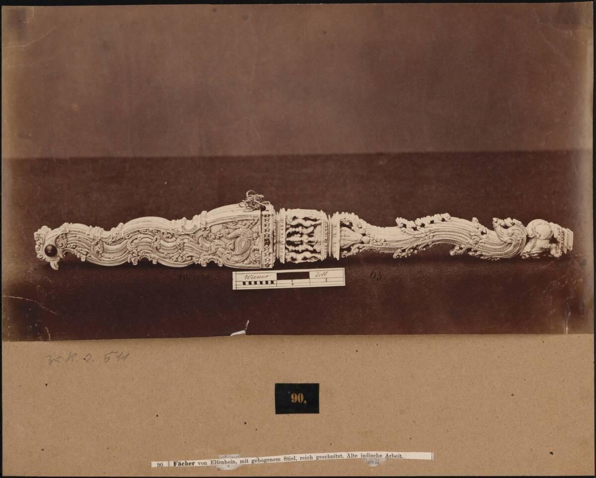 Fotografie eines indischen Elfenbein-Fächers mit Schnitzereien (vom Bearbeiter vergebener Titel) von Anonym
