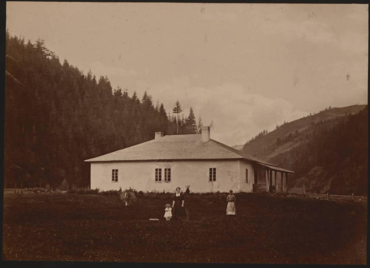Fotografie eines Försterhauses in Hryniawa am weißen Czeremosz (vom Bearbeiter vergebener Titel) von Dutkiewicz, Juliusz