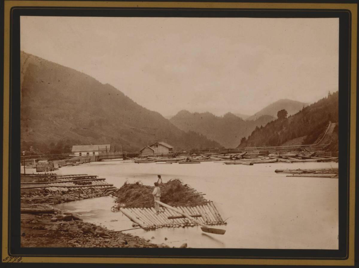 Fotografie des Dorfes Uscieryki am Fluss Czeremosz (vom Bearbeiter vergebener Titel) von Dutkiewicz, Juliusz