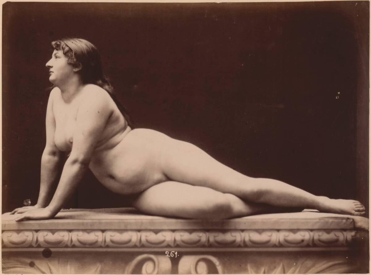 Fotografie eines liegenden, weiblichen Akts mit aufgestützten Armen in Seitenansicht (vom Bearbeiter vergebener Titel) von Anonym