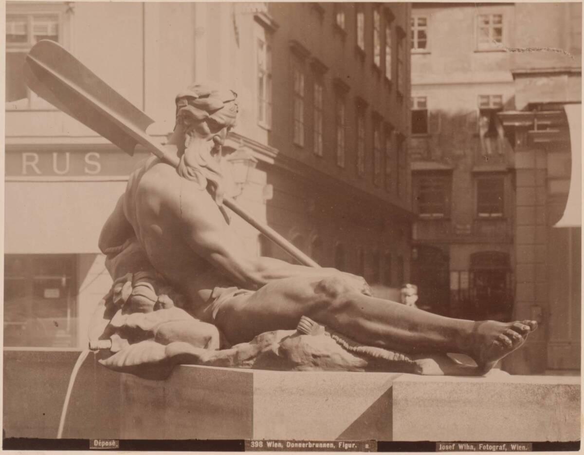 Fotografie der Skulptur eines Flussgottes am Donnerbrunnen (Providentiabrunnen) in Wien von Georg Raphael Donner (vom Bearbeiter vergebener Titel) von Wlha, Josef