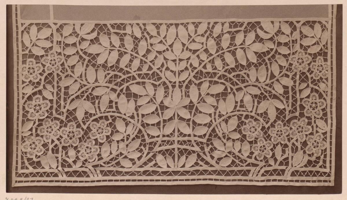 Fotografie einer gehäkelten Bordüre von einem Vorhang (vom Bearbeiter vergebener Titel) von Gmeiner, Wilhelm