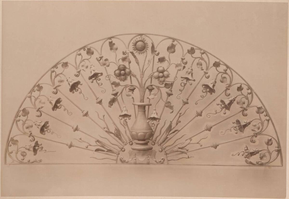 Fotografie eines Oberlichtgitters nach einem Entwurf von Ladislav Haněl und M. Öhm (vom Bearbeiter vergebener Titel) von Gmeiner, Wilhelm